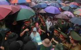 """Hàng vạn người dân che ô đi khai hội Đền Hùng, lực lượng an ninh làm """"hàng rào sống"""" đứng dưới mưa đảm bảo trật tự"""