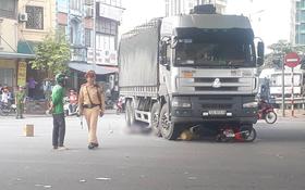Hà Nội: Tạt đầu xe tải, một phụ nữ bị cuốn vào gầm tử vong