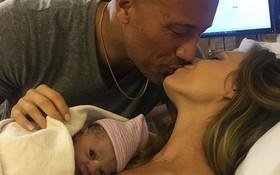 Dwayne Johnson trìu mến hôn vợ vì cảm phục cô sau 9 tháng mang nặng đẻ đau