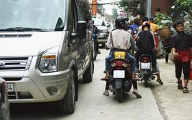 Chùm ảnh: Ô tô, xe máy nhích từng chút trong thị trấn Sapa do lượng người đổ về vui chơi lễ 30/4 tăng đột biến