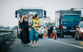 Hành khách ẵm con cuốc bộ trên cao tốc Long Thành sau vụ tai nạn liên hoàn khiến cả tuyến đường kẹt cứng