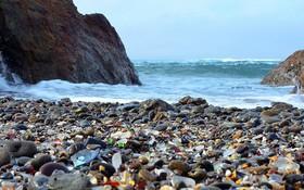 Những bãi biển kỳ lạ nhất thế giới, bãi số 6 toàn là thủy tinh nhưng không hề nguy hiểm