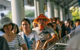 Hàng trăm hành khách trở lại Sài Gòn, chật vật đón taxi ở sân bay Tân Sơn Nhất sau kỳ nghỉ 4 ngày
