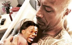 """Đáng yêu như vậy bên con gái, nhưng khi """"có thêm bé trai"""" thì Dwayne Johnson lại lầy không đỡ nổi!"""