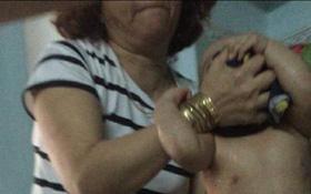 Clip phẫn nộ: Trẻ nhỏ bị lột trần, bắt nằm ngửa dưới sàn nhà để bảo mẫu trút thức ăn vào miệng ở Đà Nẵng
