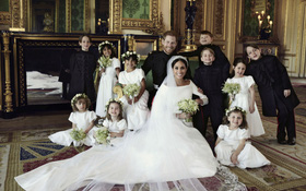 Hoàng gia Anh chính thức công bố ảnh cưới tuyệt đẹp của Hoàng tử Harry và Công nương Meghan
