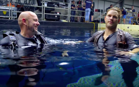 """Trải nghiệm kinh dị bơi trong... bể nước tiểu của sao """"Jurassic World"""" Chris Pratt"""