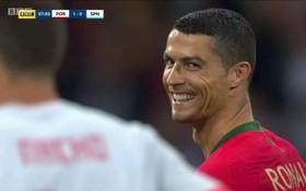 """Ronaldo cười """"gian xảo"""", bị Pique tố """"hay ăn vạ quá"""""""