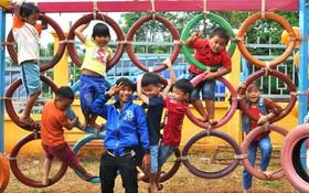 Nhận về những vỏ lốp ô tô hư hỏng và đây là cách mà nhóm bạn trẻ tạo nên một sân chơi cho các em nhỏ ở Bình Phước