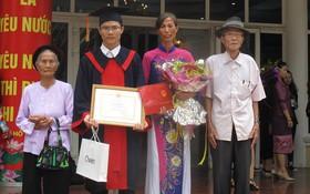 3 thế hệ xuất hiện trong lễ tốt nghiệp của chàng trai từng đạp xe 1000km báo tin cho bố đã mất mình đỗ đại học