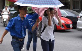 Hà Nội bắt đầu chuyển mưa, khiến thí sinh và phụ huynh vất vả hơn khi đến điểm thi buổi chiều
