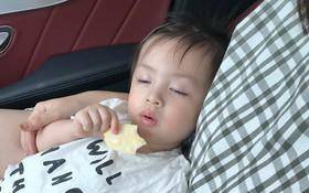 """Clip cưng nhất ngày: Khi """"hot girl"""" Cam Cam thể hiện tuyệt kĩ vừa ăn bánh, vừa... ngủ gật"""