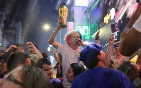 Toàn cảnh không khí cổ vũ trận chung kết World Cup cực sôi động ở Việt Nam: CĐV reo hò vui sướng khi Pháp vô địch sau 20 năm