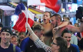 Nữ CĐV ở Sài Gòn cởi đồ, hò hét ăn mừng xuyên đêm tại phố Tây Bùi Viện khi Pháp vô địch World Cup sau 20 năm