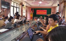 Phó Trưởng phòng khảo thí Hà Giang sửa đáp án bài thi THPT theo tin nhắn nhận được, quy trình chỉ 6s/trường hợp