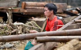 Nước mắt hòa cùng mưa lũ Yên Bái: Cha cầm nén hương thắp con trai 2 tuổi, đau đớn tìm người vợ trong đống đổ nát