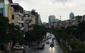 Hà Nội lúc 2 giờ chiều bỗng tối sầm như 6 giờ tối: Ô tô, xe máy phải bật đèn di chuyển trong mưa