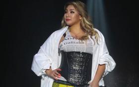 Độc quyền từ Sing: CL diện quần áo lùm xùm trong lần đầu biểu diễn sau khi gây sốc với thân hình phát tướng