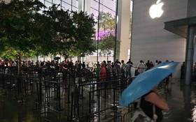 Mặc kệ trời mưa to, hàng dài dân buôn Việt xếp kín trước cửa Apple Store chờ mua iPhone XS mới