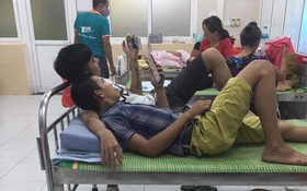 Hình ảnh 2 ông chồng chẳng hề quen biết mà trở nên thân thiết, nằm gối lên tay nhau khi đưa vợ đi đẻ khiến dân mạng bật cười