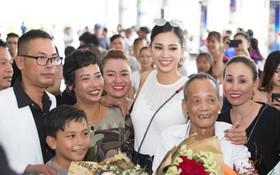 Clip: Tân Hoa hậu Tiểu Vy hạnh phúc trở về trong vòng tay chào đón của bố mẹ và người dân quê hương Quảng Nam