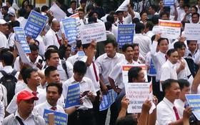 Hàng trăm tài xế Vinasun tập trung trước Toà án TP. HCM, giăng biểu ngữ yêu cầu Grab bồi thường