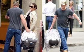 """Mỹ nhân phim """"Xác ướp Ai Cập"""" và chồng """"Điệp viên 007"""" xuất hiện cùng em bé sau khi lên chức bố mẹ ở tuổi U50"""