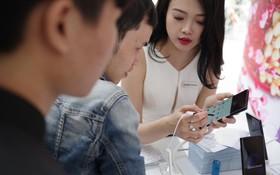 Tấp nập người dân trong lẫn ngoài nước đến tham quan khu vực trải nghiệm Samsung Galaxy Note8 tại phố đi bộ Nguyễn Huệ