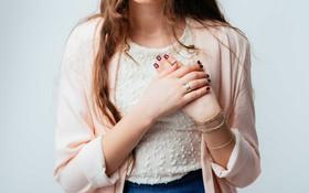 Thấy có những dấu hiệu này trên ngực thì hội con gái chớ chủ quan mà cần đi khám ngay