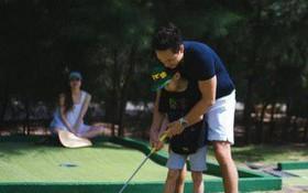 Khoảnh khắc Hà Hồ từ xa nhìn Kim Lý dạy Subeo đánh Golf