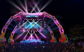 Choáng ngợp sân khấu đại nhạc hội được thiết kế như transformer giữa phố đi bộ Hà Nội