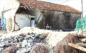 Thảng thốt nhìn nhiều nhà cửa bị sóng biển đánh sập, đổ ở Phú Yên