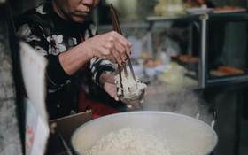 Sáng Hà Nội ăn được gói xôi nghi ngút khói, thấy rét mướt thế này cũng đáng thôi!
