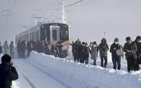 """Nhật Bản: Tuyết """"chôn chân"""" xe lửa, khách rã rời đứng cả đêm"""