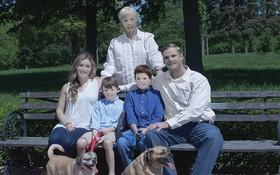 Thuê thợ chuyên nghiệp về chụp ảnh, gia đình nhận lại... poster phim kinh dị!