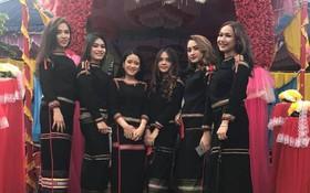Chụp chung trong đám cưới, nhóm thiếu nữ Ê Đê trở thành tâm điểm MXH vì ai cũng tươi như hoa hậu
