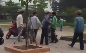 Biên Hòa: 4 người đàn ông vây đánh 2 thanh niên mặc áo GrabBike khiến 1 người bị thương