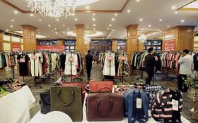 """Dân tình Hà Nội ngóng """"cơn bão"""" đồ hiệu siêu giảm giá - BON MUA Clearance Sale"""