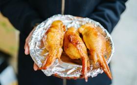 Cánh gà rút xương bọc xôi BBQ: món mới nhất định phải thử ở phố Hàng Mã