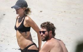 Yêu lại từ đầu với Liam, Miley Cyrus tăng cân và lộ eo ngấn mỡ khi mặc bikini