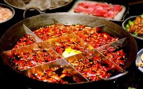 Dành cho team thích ăn cay: Lẩu Trùng Khánh ớt phủ kín nhưng vì quá ngon nên ai cũng bất chấp nếm thử