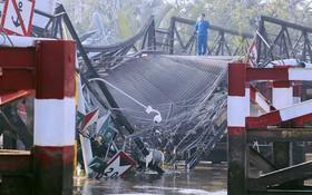 Cận cảnh hiện trường kinh hoàng vụ sập cầu Long Kiển ở Sài Gòn, chưa thể vớt ô tô tải rơi xuống sông