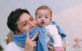 """Đã tìm ra ông bố dễ thương trong clip """"cắn chặt khăn cổ vũ U23 Việt Nam chiến thắng"""" vì sợ con thức"""