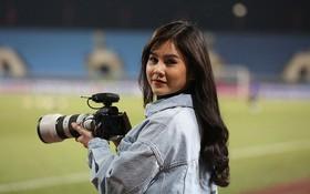Bóng hồng xinh đẹp xuất hiện tại buổi tập của Việt Nam và Malaysia, phóng viên nước bạn thi nhau xin chụp hình