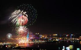 Đà Nẵng bắn pháo hoa rực trời kỷ niệm 22 năm ngày thành lập, người dân đội mưa lạnh đứng xem
