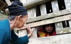 Chuyện đau lòng của một người mẹ già tự tay nhốt con trai vào cũi sắt suốt 15 năm dài
