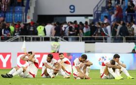 """Đáng thương hình ảnh cầu thủ Jordan gục đầu khóc sau quả penalty định mệnh của """"Tư Dũng"""""""