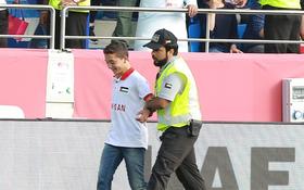 """Nhảy xuống sân ăn mừng tình huống Văn Lâm bị sút tung lưới, CĐV Jordan nhỏ tuổi nhận cái kết """"đắng"""""""