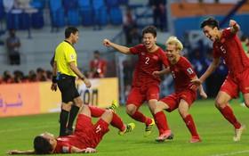 Tuyển Việt Nam vào tứ kết Asian Cup sau loạt luân lưu cân não