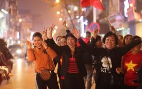 Người hâm mộ tràn xuống đường, hò reo vui sướng trước chiến thắng nghẹt thở của đội tuyển Việt Nam sau loạt sút luân lưu